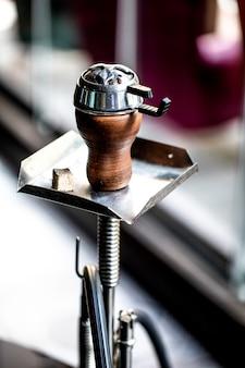 金属製の設備とアラビア語のシーシャ。