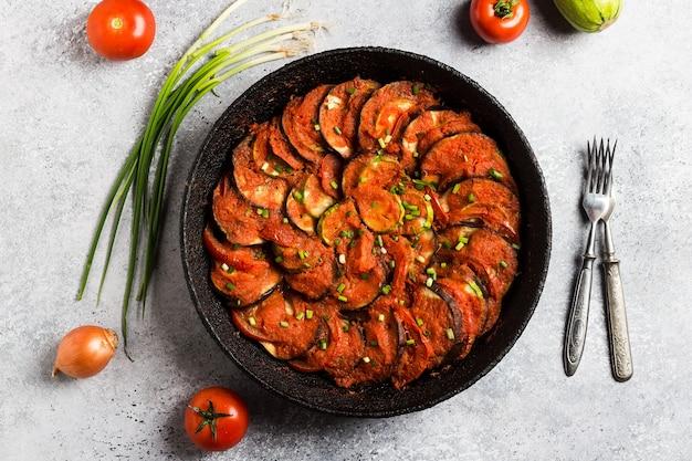 Рататуй французское прованское блюдо из овощей, кабачки, баклажаны, перец