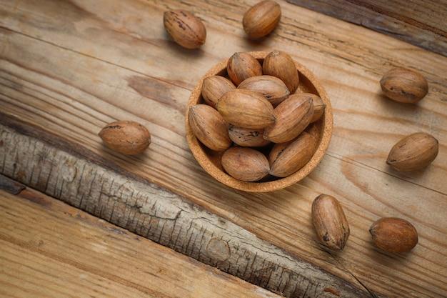 Орехи пекан на деревенском, вид сверху
