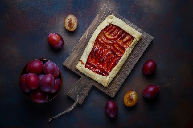 暗闇の中で生梅と新鮮な梅ガレットパイ