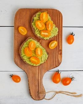 Тост из авокадо на цельнозерновом хлебе с овощами