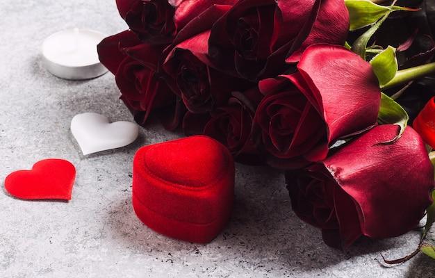 バレンタインの日は私と赤いバラと結婚婚約指輪ボックスを結婚