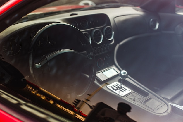 車の内部方向と速度パネル。