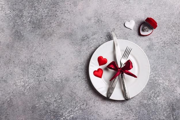 バレンタインの日のテーブルセッティングのロマンチックな夕食は私と結婚婚約指輪のボックス