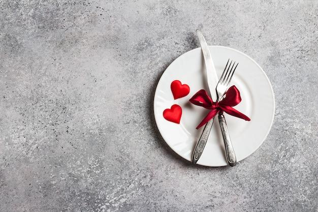 バレンタインデーのテーブルセッティングのロマンチックな夕食は私と結婚する