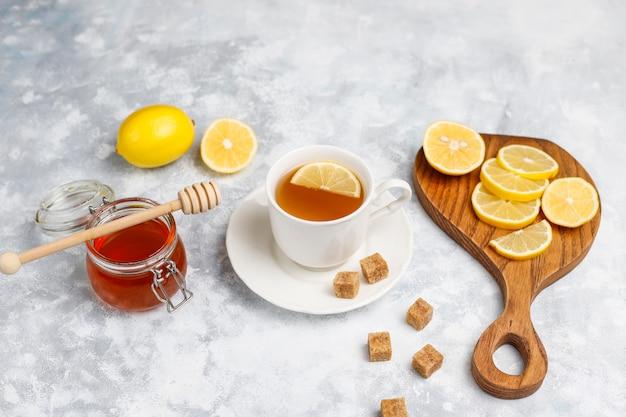紅茶、ブラウンシュガー、蜂蜜、レモンコンクリートのカップ。トップビュー、コピースペース