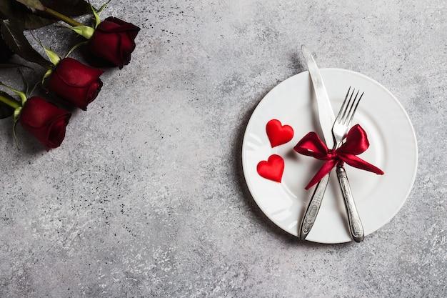 バレンタインデーのテーブルセッティングのロマンチックなディナーと結婚婚約