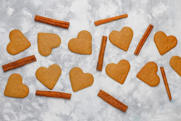 灰色のコンクリートの伝統的な自家製ジンジャーブレッドクッキー、クローズアップ、クリスマス、トップビュー、フラットレイアウト