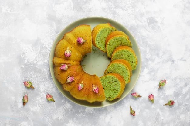 グレーの石の上に抹茶グリーンバントケーキトップビューコピースペース