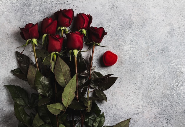 День святого валентина, женский день матери, красная роза, подарок-сюрприз на сером
