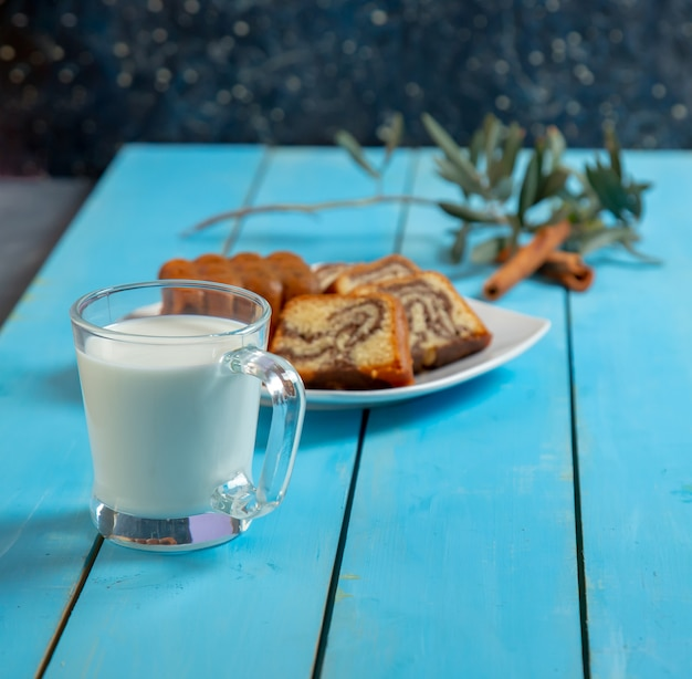 伝統的なメドヴィークケーキのスライスとお茶。