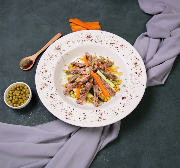 Обжаренный мясной салат с зеленой фасолью.