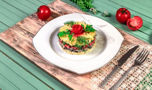 Традиционный салат из мангала с укропом и помидорами.