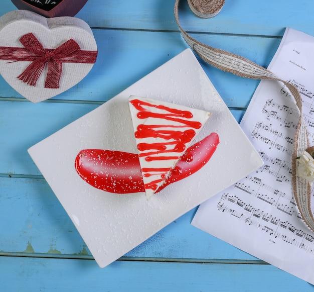 ココアパウダーとケーキのスライス。