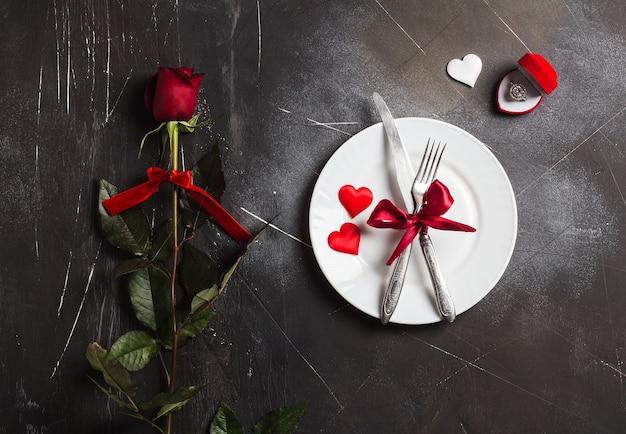 バレンタインデーのテーブルセッティングのロマンチックなディナーは私に結婚婚約指輪を結婚