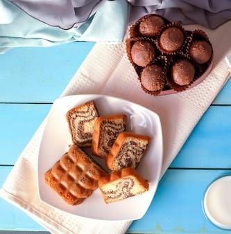 Нарезанный ванильный пирог и коробка пралине