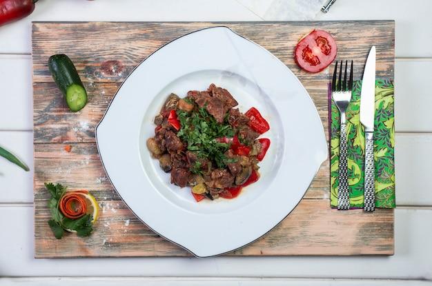 Мясо обжаренное с помидорами и зеленью