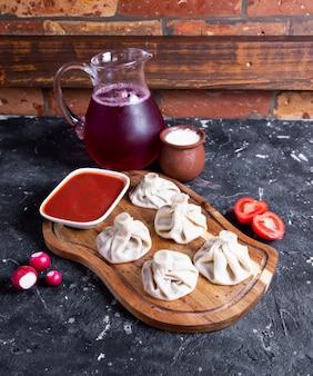 Китайские паровые булочки с красным соусом
