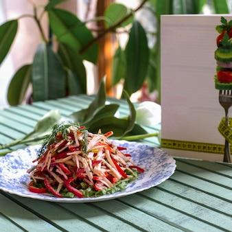 刻んだ唐辛子とハーブの野菜サラダ