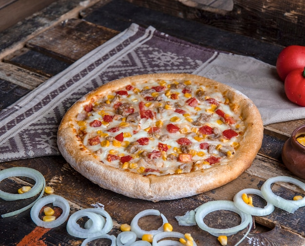 材料を混ぜたチキンピザ