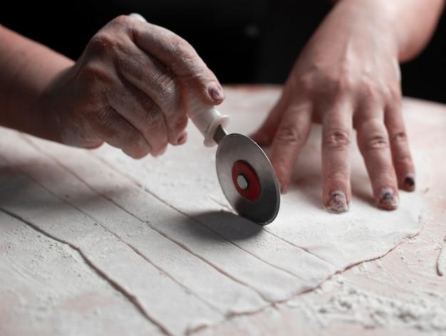 Нарезать тонкое слоеное тесто на узкие длинные кусочки.