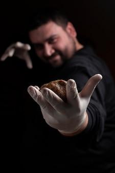 Шеф-повар делает мясные шарики