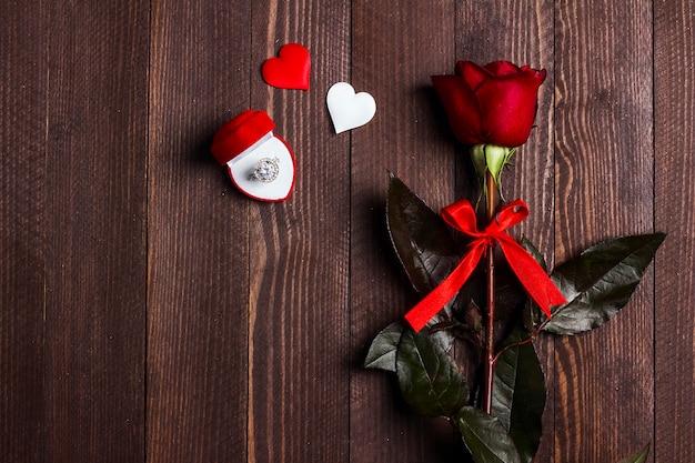 バレンタインの日私は結婚婚約指輪を赤いバラのギフトボックス付き