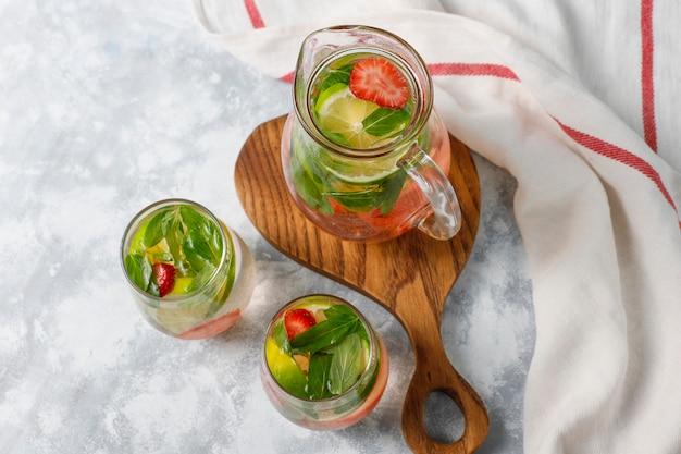 新鮮なライム、ストロベリー、ミントの注入水、カクテル、デトックスドリンク、レモネード。夏の飲み物。医療コンセプト。