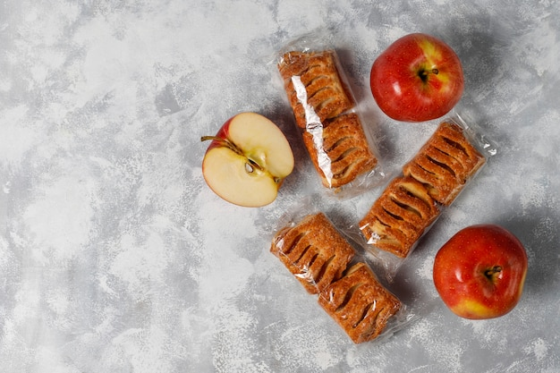 Слоеное печенье с яблочным джемом и свежими красными яблоками на светлом бетоне