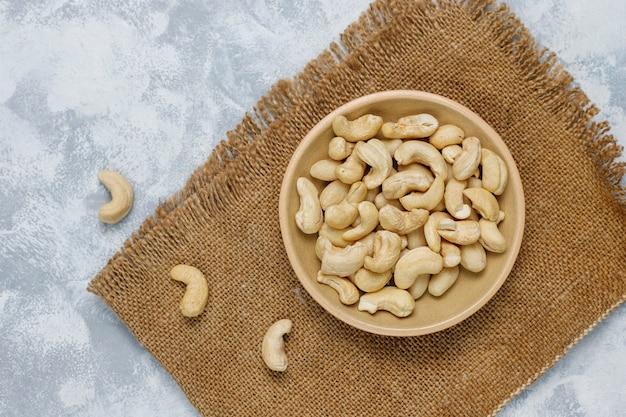 Орехи кешью в керамической пластине на бетон