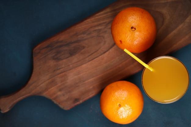 ジュースのグラスとオレンジ。