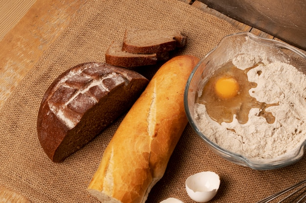 Тесто и ржаной хлеб с багетом.