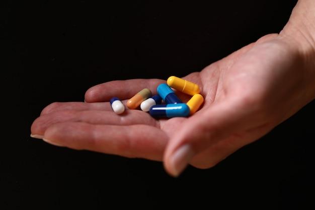 手にカラフルな医療薬。
