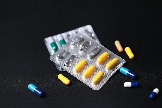 黒い背景にカラフルな医療薬。