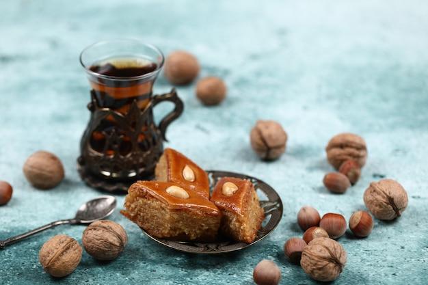 パクラヴァと伝統的なアルムドゥ(ティーカップ)