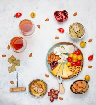 さまざまなナッツとフルーツのライトテーブルにさまざまなチーズとチーズプレート