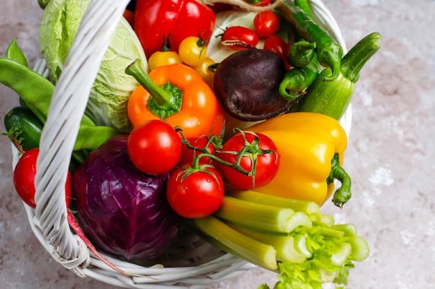 コンクリート表面に異なるカラフルな新鮮野菜
