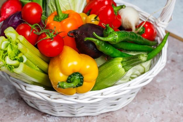 Различные красочные свежие овощи на бетонной поверхности