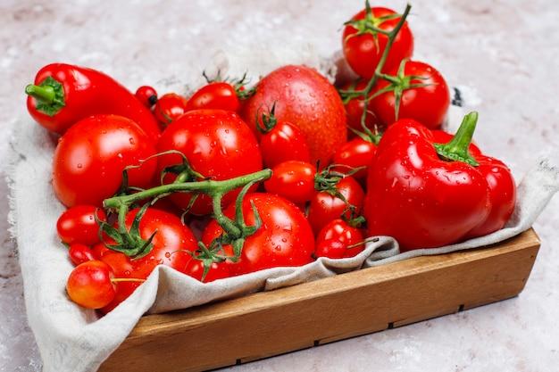 コンクリートの表面に新鮮な赤野菜