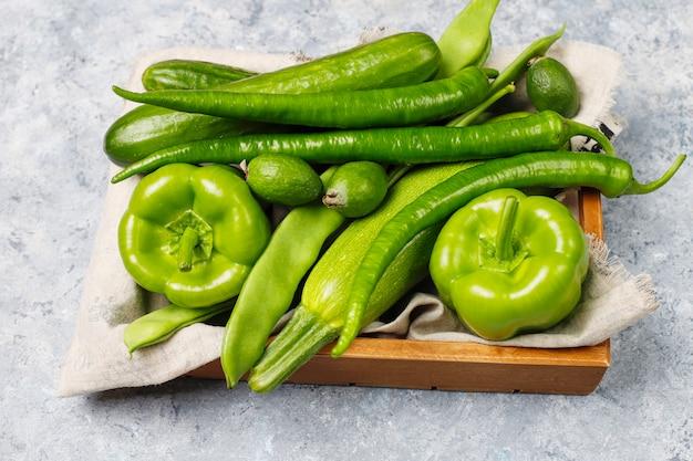 コンクリートの表面に新鮮な緑の野菜