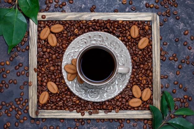 コーヒー豆の焙煎とコーヒー豆の形をした暗い表面のクッキー
