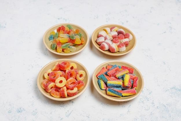 カラフルなキャンディー、ゼリー、明るい面にマシュマロ。コピースペースのトップビュー