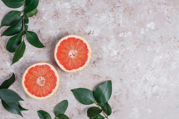 明るい表面、上面に新鮮なグレープフルーツ