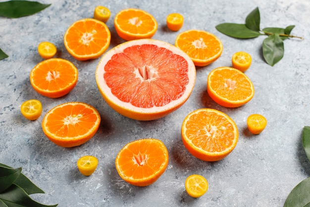 Ассорти из свежих цитрусовых, лимон, апельсин, лайм, мандарин, кумкват, грейпфрут свежий и красочный, вид сверху