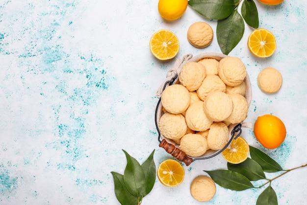 明るい表面にレモンと自家製レモンクッキー