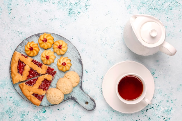 Разнообразное печенье, печенье и сладости на светлой поверхности
