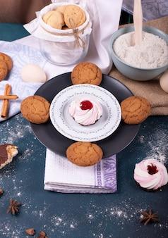 ケーキとビスケットと小麦粉のプレート