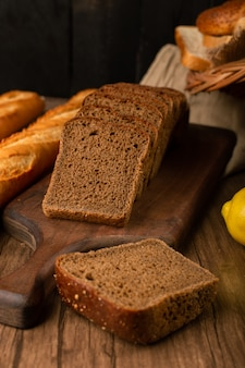 茶色のパンとレモンのスライスとフランスのバゲット