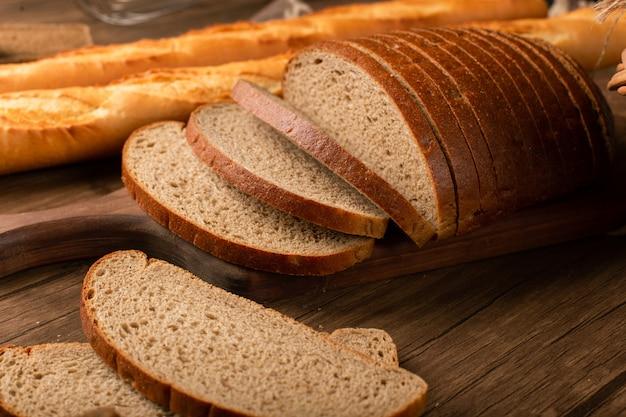 フランスのバゲットと茶色のパンのスライス