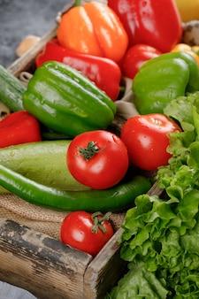 素朴なトレイに赤いトマト、唐辛子、きゅうり。